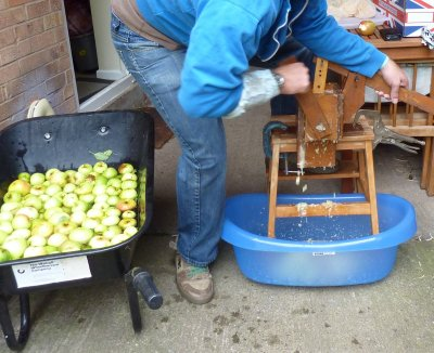 How to make and use a hand scratter for pulping fruit and apples for cider @ www.jamesandtracy.co.uk